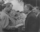 Gerhard Bolt begrüßt Willy Brandt, rechts im Bild Poppe Klaassen, damaliger SPD-Ortsvereinsvorsitzender